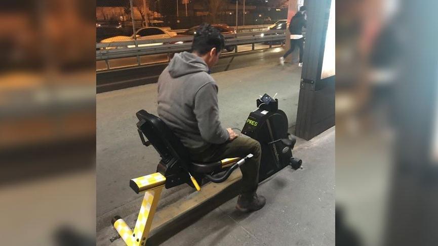 Metrobüs beklerken sporla telefonlarını şarj ediyorlar