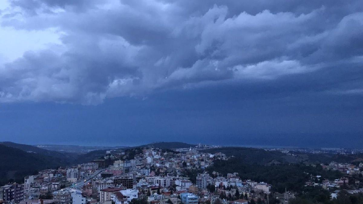 Fırtına şiddetini artırıyor: Hatay'da 3 ilçede okullar tatil!