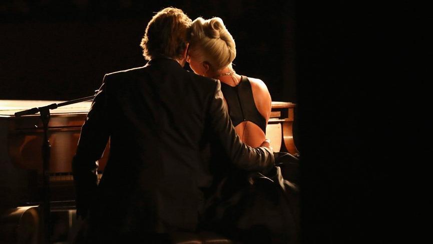 Lady Gaga ve Bradley Cooper'ın sahnede yakınlaşması Irina Shayk'ı çıldırttı