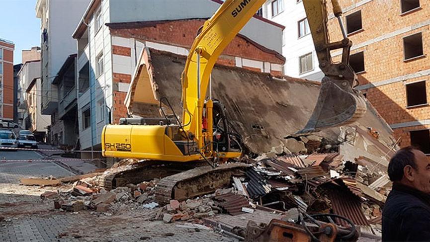İş makinesinin üzerine yıkımını yaptığı bina çöktü!