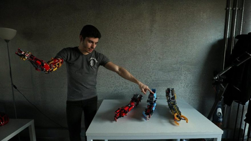 Lego parçalarından kendine protez yaptı