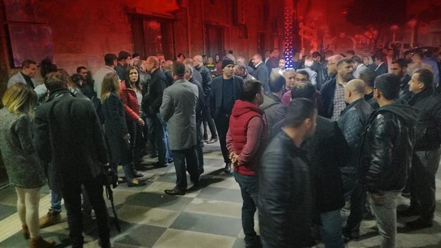 İYİ Partililer Mersin Büyükşehir Belediyesi önünde toplandı