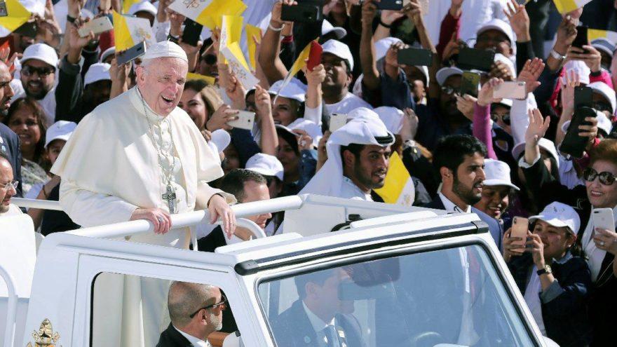 Papa Birleşik Arap Emirlikleri'nde… Araplar Papa'yı görmek için stadyumu doldurdu