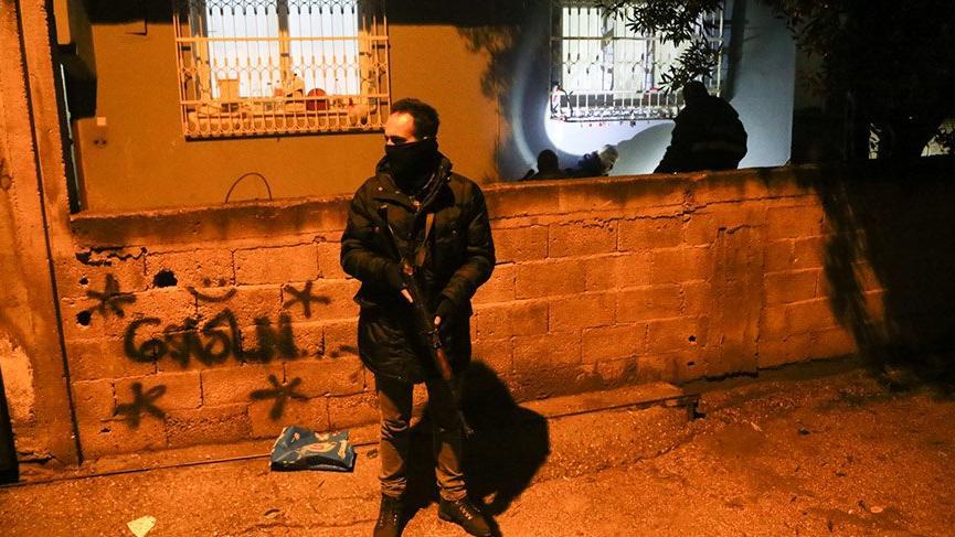 Adana'da bahçeye ses bombası atıldı!