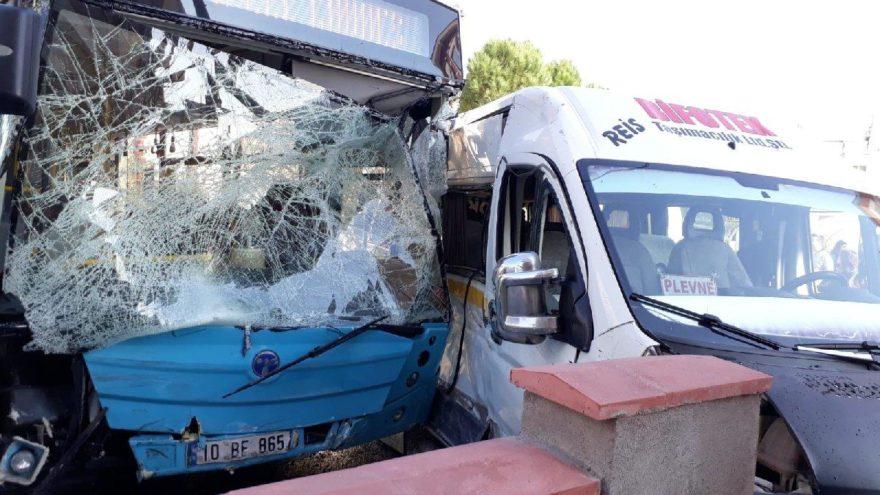 Öğrenci servisi ile halk otobüsü çarpıştı: 19 yaralı