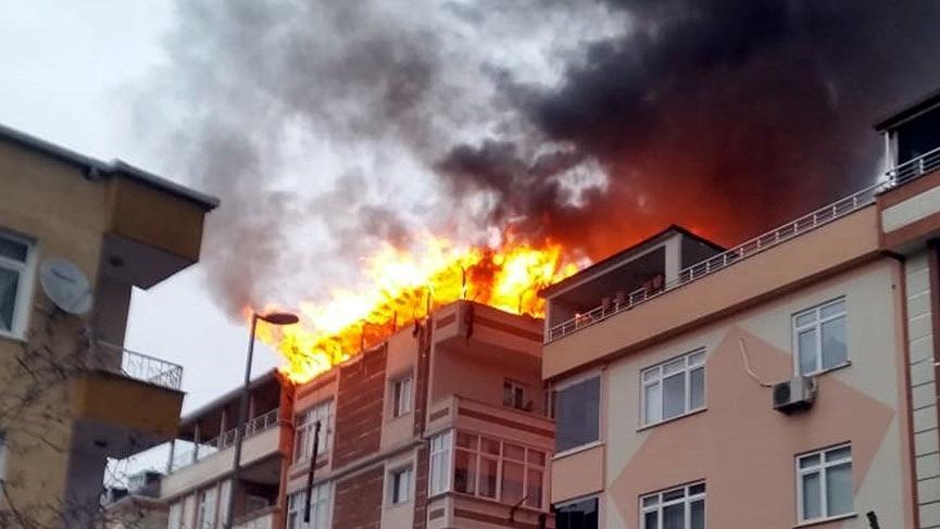 Avcılar'da dubleks ev alev alev yandı