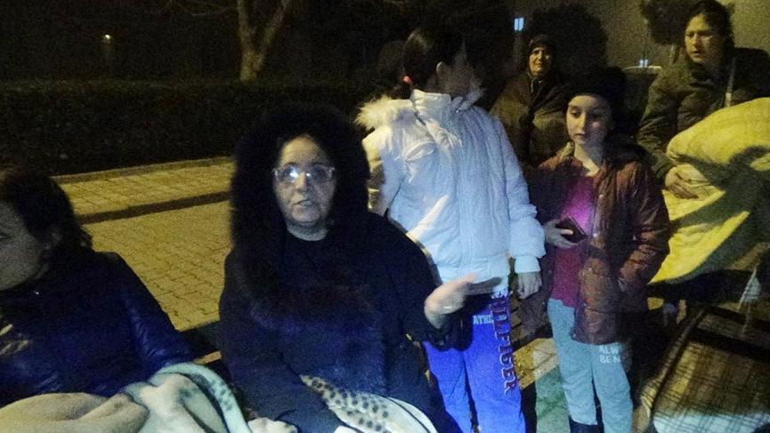 İstanbul'da deprem paniği! Vatandaşlar sokaklara döküldü