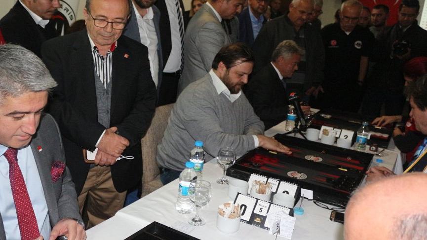 AKP, CHP ve DSP adayları seçimden önce tavla turnuvasında yarıştı!