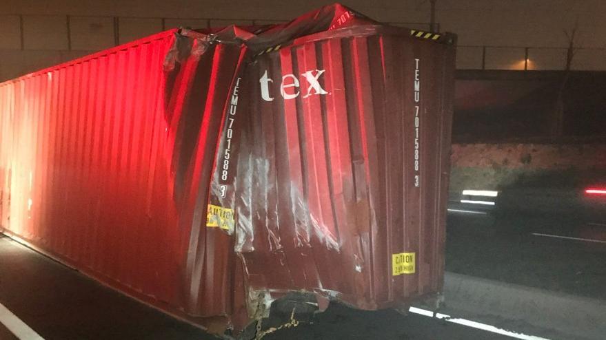 TIR'daki konteyner yola düştü