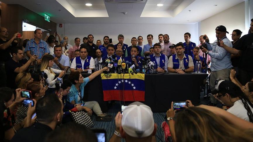 Venezuelalı muhaliflerden flaş karar! 'Beyaz' giyecekler