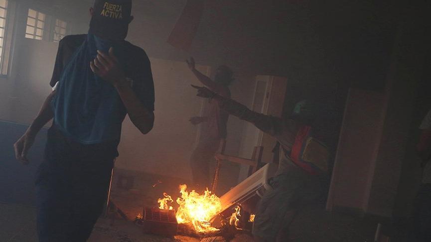 Venezuela'da gıda depolarını ateşe verdiler!