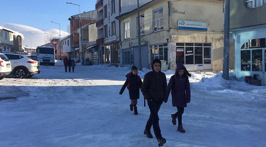 Kar ve sömestr tatili nedeniyle okula 35 gün ara veren Karlıova'lı öğrenciler bugün ders başı yaptı. Foto DHA