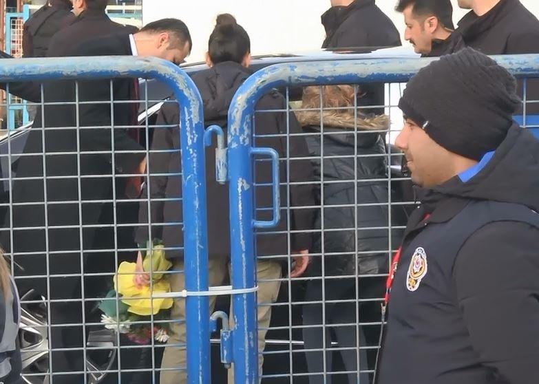 Cumhurbaşkanı Erdoğan konvoyunu durdurup anne ile sohbet ediyor. Fotoğraf: DHA