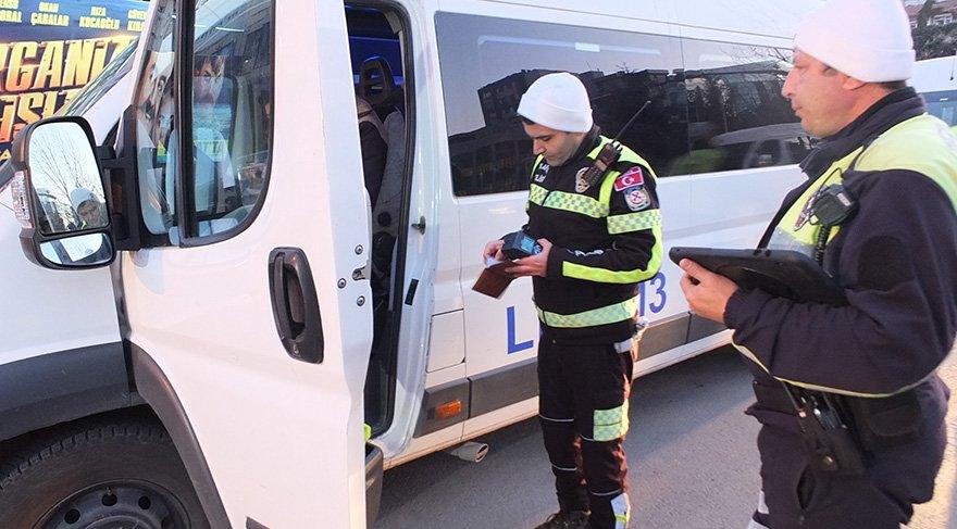 Okulların açılmasıyla birlikte trafiğe çıkan servis minibüsleri de trafik ekipleri tarafından denetlendi. Foto DHA