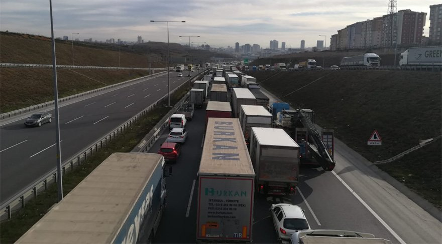 Kaza sonrası bölgede trafik yoğunluğu yaşandı. Foto: Sözcü