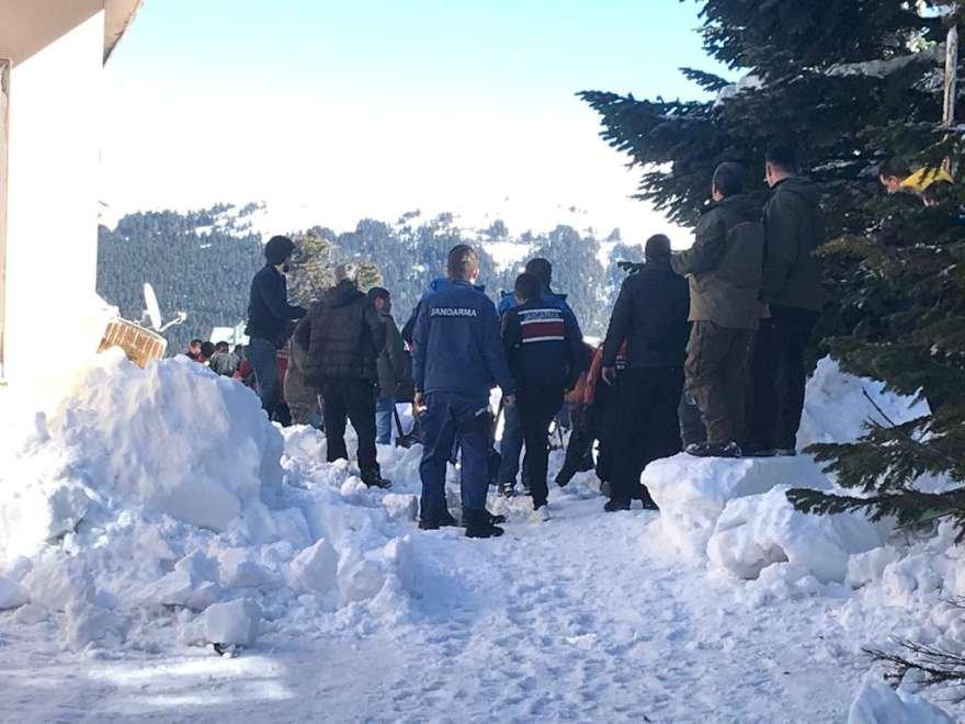 Bina etrafına yığılan kar vatandaşlar ve kurtarma ekipleri tarafından temizleniyor. Foto: AA