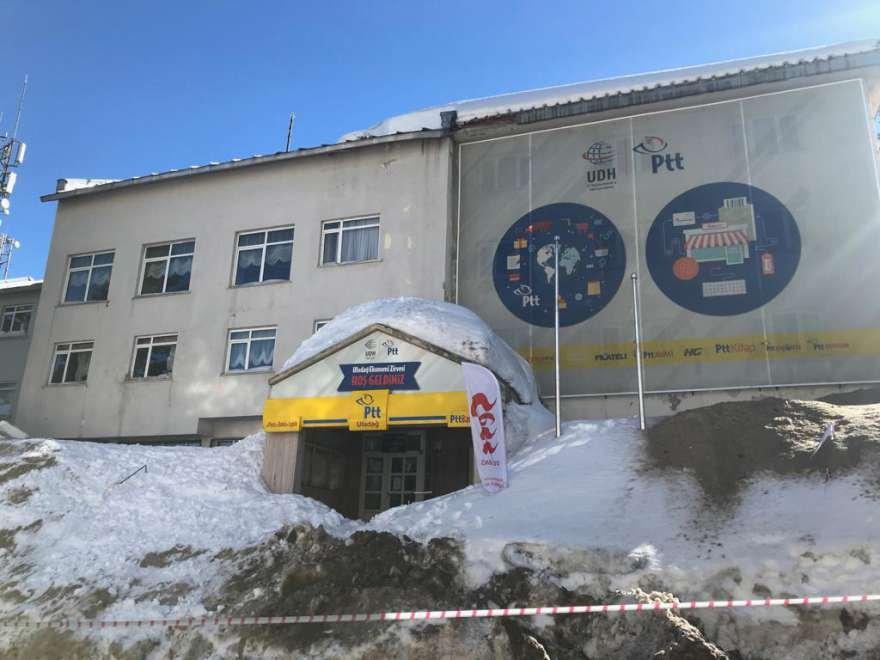 Vatandaşlar PTT binasının üzerinden düşen kar kütlesinin altında kaldı. Foto: AA