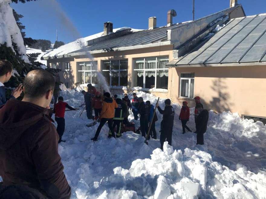 Kar altından kurtarılan 6 kişi hastaneye sevk edildi. Foto: AA