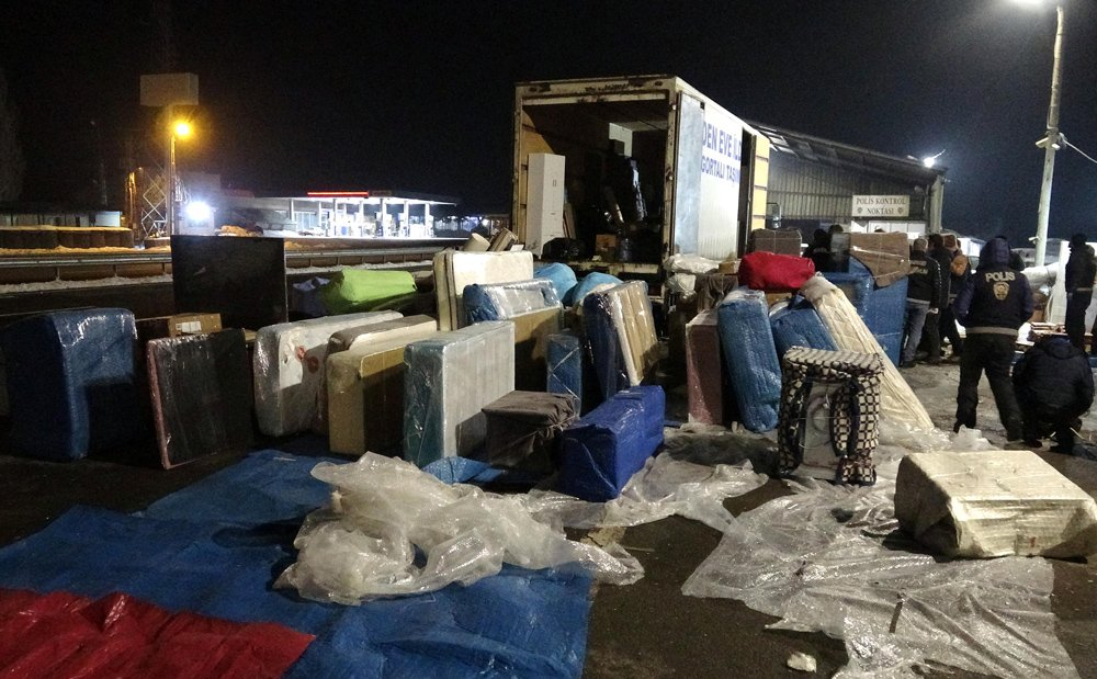 """FOTO:DHA - Uyuştunucu kaçakçıları her yolu deniyor... İşte Van'dan Antalya'ya """"nakliye şirketi süsü"""" ile kaçırılan eroinler..."""