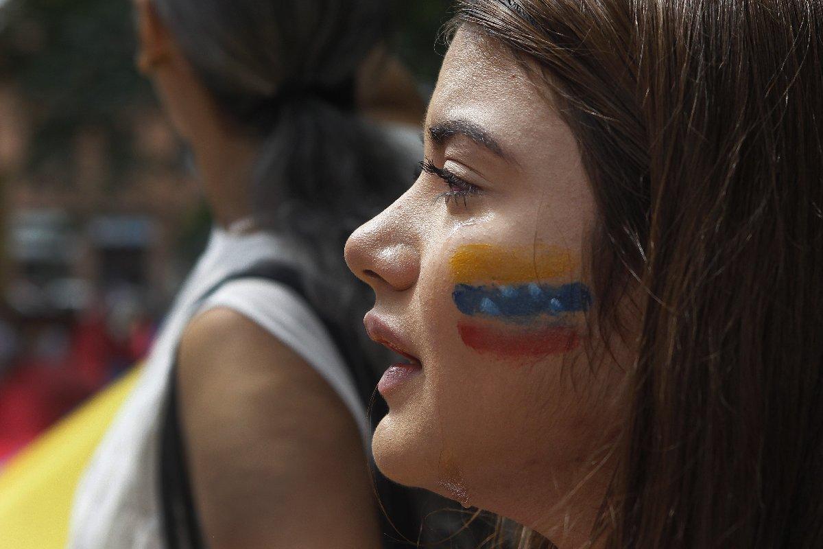 Cumartesi başkent Carakas'ta düzenlenen mitinglerde hem Maduro yanlıları hem de muhalifler sokaklardaydı. AA