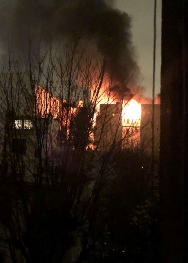 Sosyal medya kullanıcıları yangının bütün binayı sardığını Twitter'da paylaştıkları fotoğraflarla gözler önüne serdi.