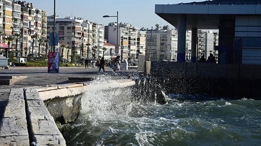 Şiddetli rüzgar İzmir'i etkisi altına aldı