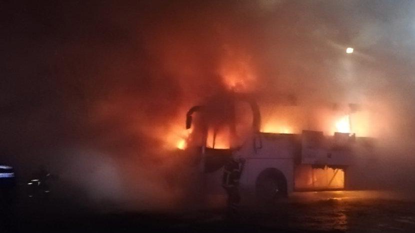Turist otobüsü alev alev yandı
