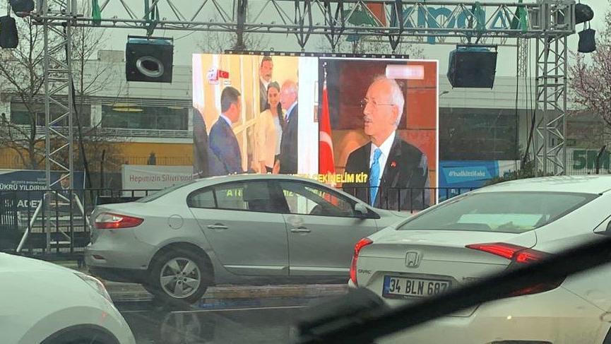 Bunu da gördük! Otobana kurulan sinevizyonda yandaş canlı yayın