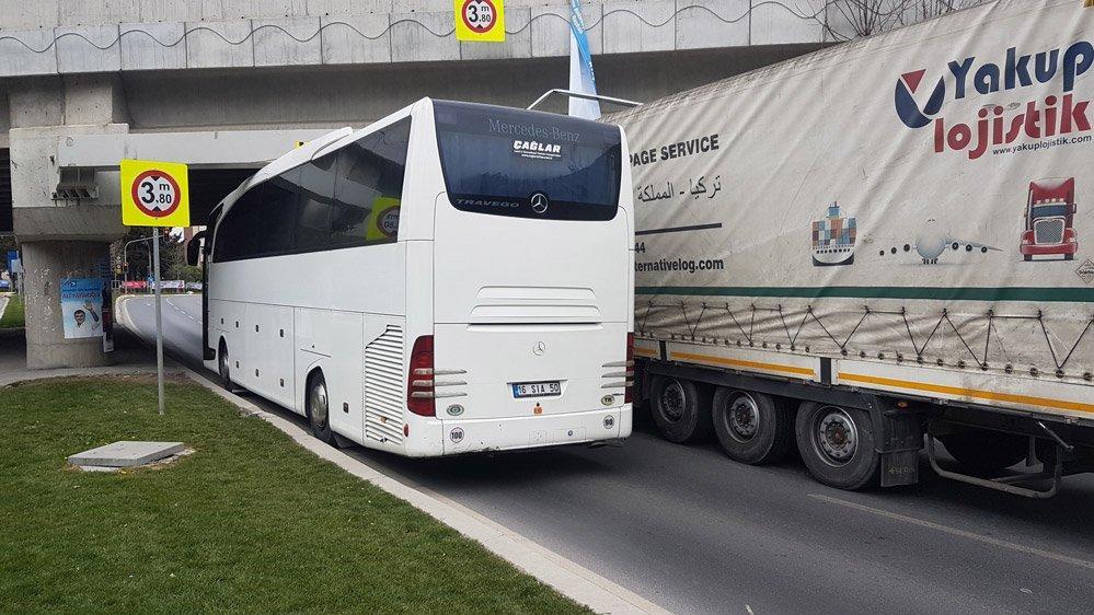 Ataköy'de TIR ve otobüs üst geçide sıkıştı!