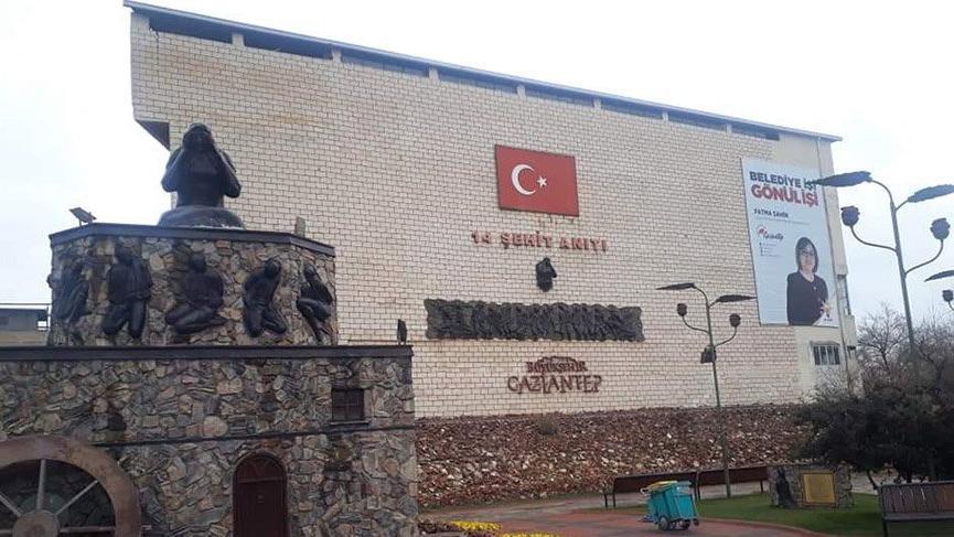Gaziantep'teki şehit anıtında tepki çeken afiş