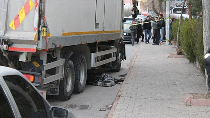 El freni çekilmeyen kamyon, hareket ederek yayayı ezdi: 1 ölü