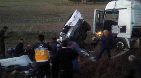 Kırşehir'de feci kaza! Otomobille TIR çarpıştı: 3 ölü, 3 yaralı