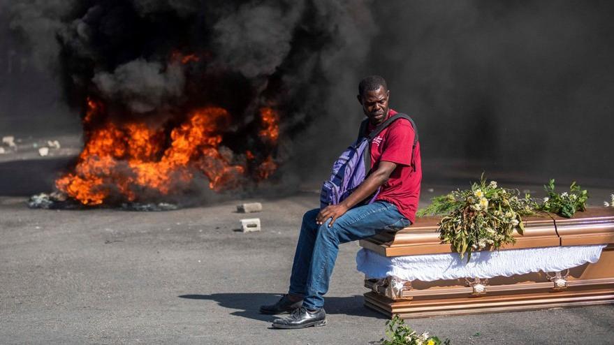 Haiti'de gösteriler devam ediyor… Cenazede ortalık karıştı