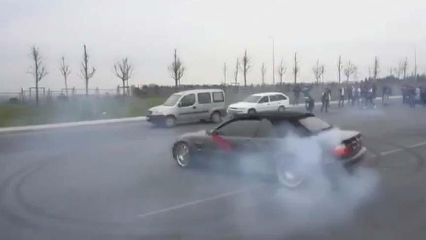 Lüks araçlarla yol kapatan trafik magandaları yakalandı!