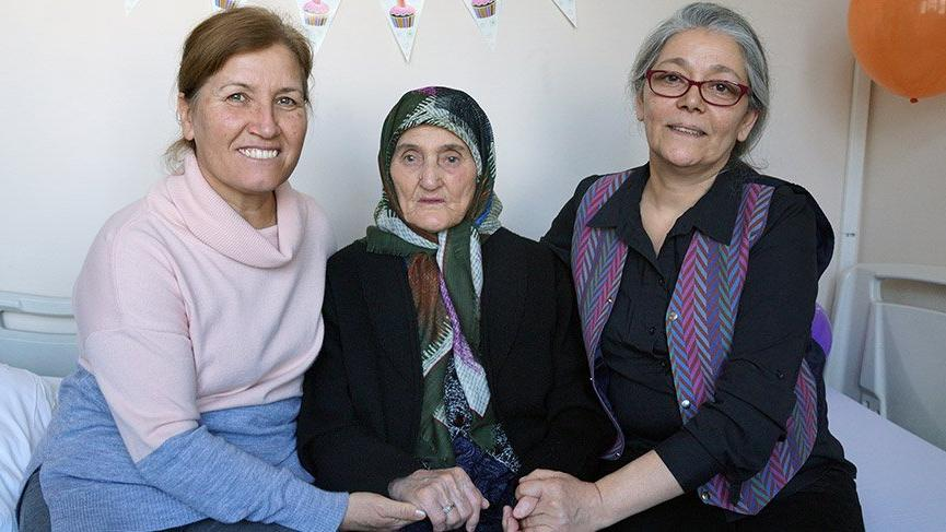 100'üncü yaş gününü hastanede kutladı
