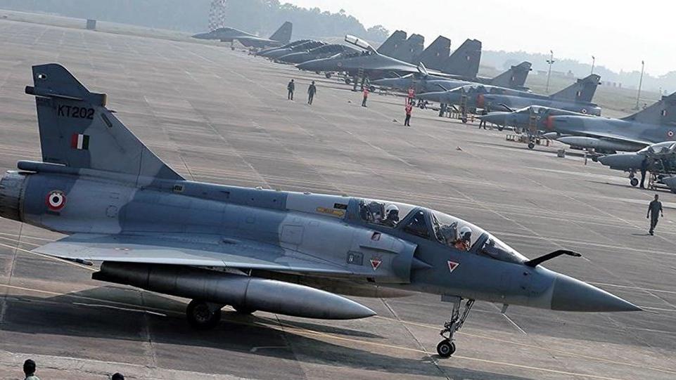 Pakistan-Hindistan sınırında savaş uçağı düştü