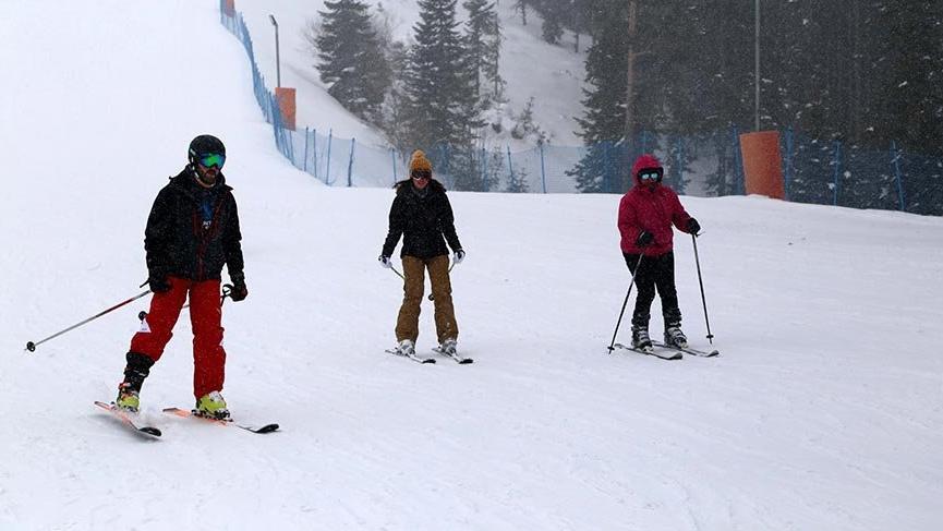 Ilgaz'da kayak keyfi sürüyor