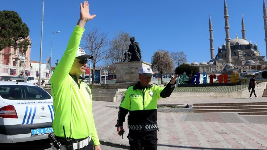 Trafik polisleri yeni üniformaları giydi