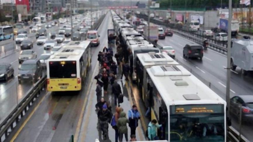Bakırköy'de metrobüs yayaya çarptı: 2 yaralı