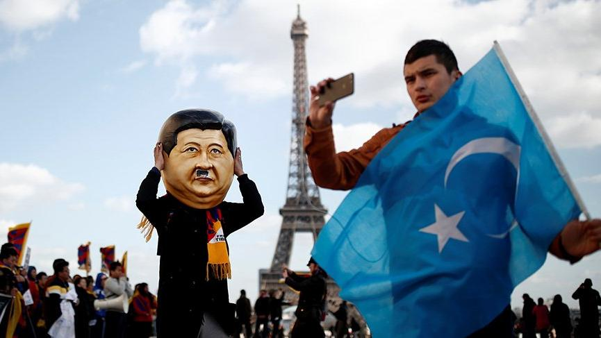 Çin lideri Jinping'e Paris'te protesto!