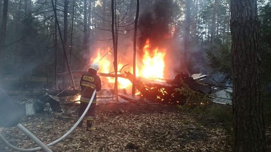 Polonya'da savaş uçağı ağaçların arasına çakıldı!