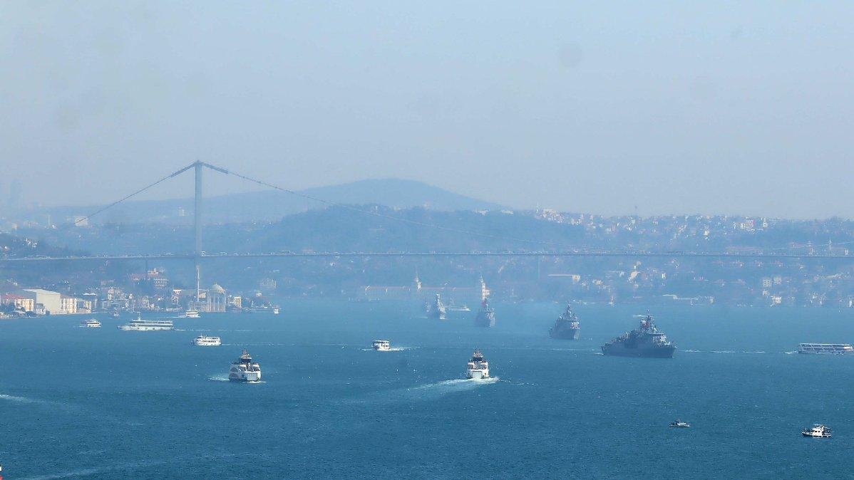 Mavi Vatan Tatbikat'ına katılan savaş gemileri Boğaz'dan geçiyor