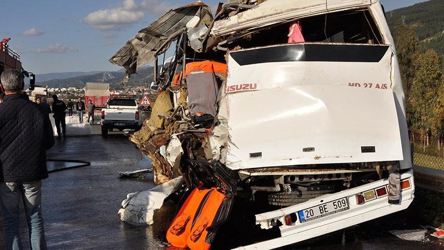 Hatay'da TIR yol kenarındaki midibüse çarptı: 1 ölü, 20 yaralı