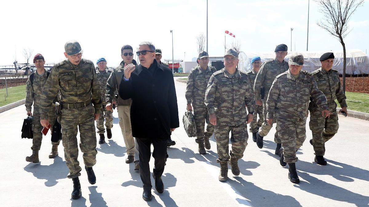 Bakan Akar ve komutanlar Suriye sınırındaki birlikleri denetledi