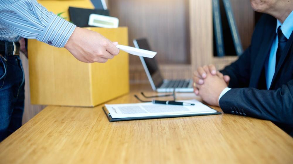 İşçi işyerinden ayrılmak istediğinde ne kadar önce işverene haber vermelidir?
