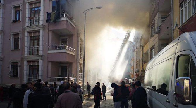 Üsküdar'da işçiler onarım yaparken çatıda yangın çıktı