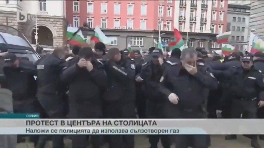 Bulgaristan'da polis biber gazını kendine sıktı