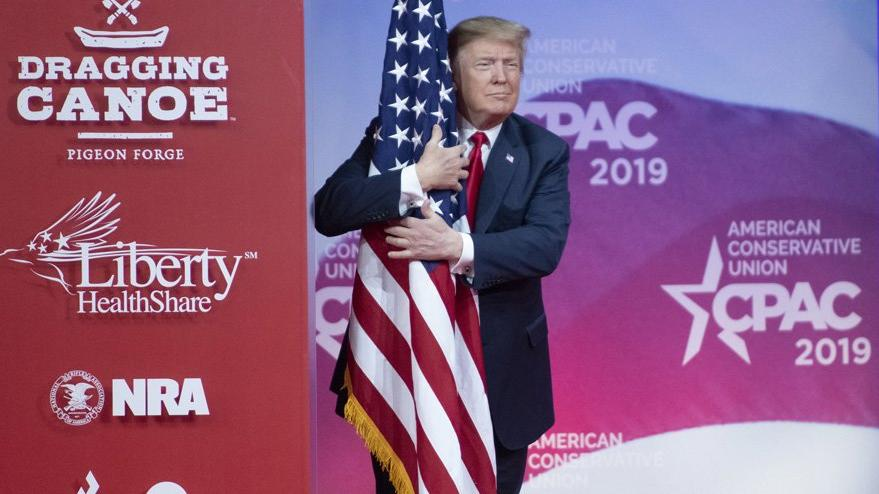 Trump adeta şov yaptı: Sahnede bayrağa sarıldı