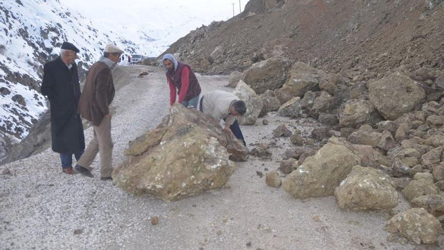 Heyelan 3 köyün yolunu kapattı