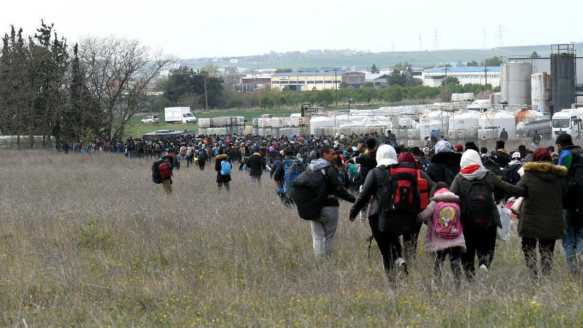 Komşuda mülteciler ayaklandı... Sınıra doğru ilerliyorlar!
